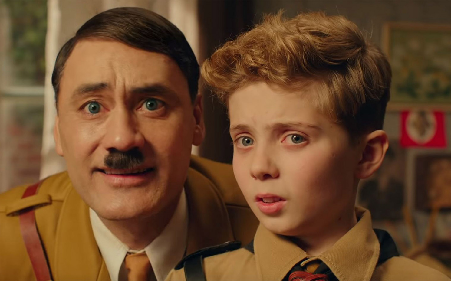 "Taika Waititi  und Roman Griffin Davis in ""Jojo Rabbit"""