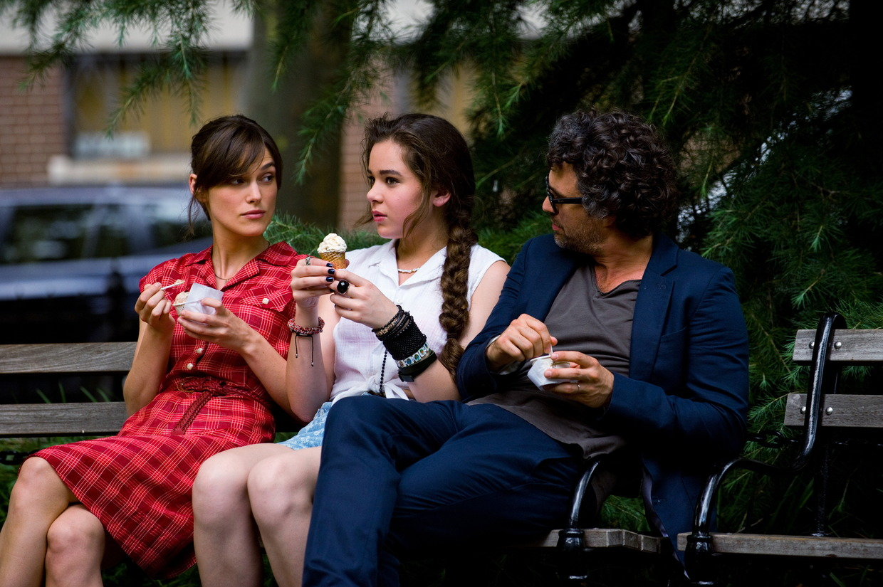 """Can a Song save your Life?"": Hailee Steinfeld als Violet, Keira Knightley als Greta, Mark Ruffalo als Dan"