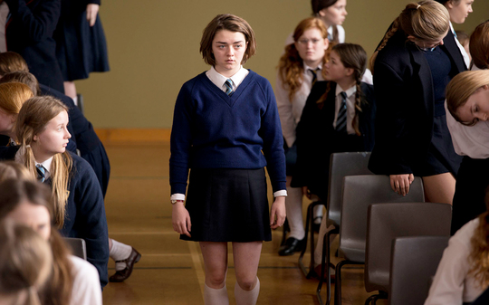 Szenenbild aus The Falling mit Maisie Williams