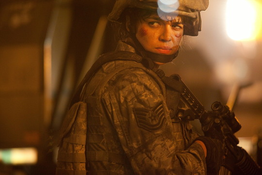Szenenbild aus World Invasion: Battle Los Angeles mit Michelle Rodriguez